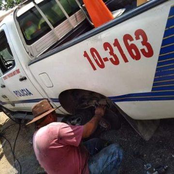 Ciudadanos compran repuestos para reparar vehículo de la PNC en Cuscatlán