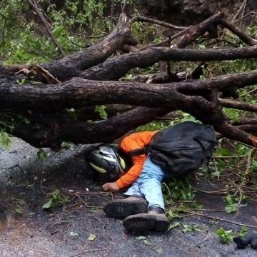 Motociclista que trabajaba para el FOVIAL falleció en accidente de tránsito en La Libertad