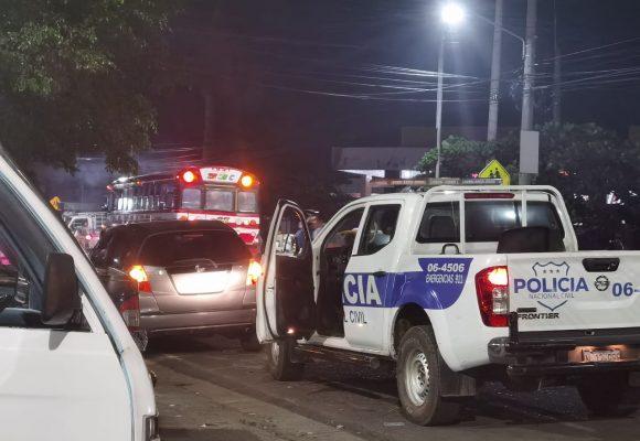 VIDEO: Supuestamente unas mujeres estaban peleando afuera del Súper Selectos los Leones de Sonsonate