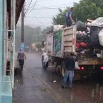 VIDEO: Trabajadores del tren de aseo de Sonsonate recogen la basura bajo la lluvia y sin equipo de protección