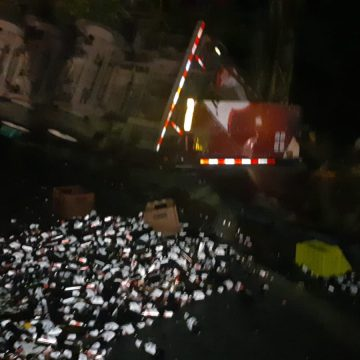 Rastra cargada de cervezas volcó en Atecozol