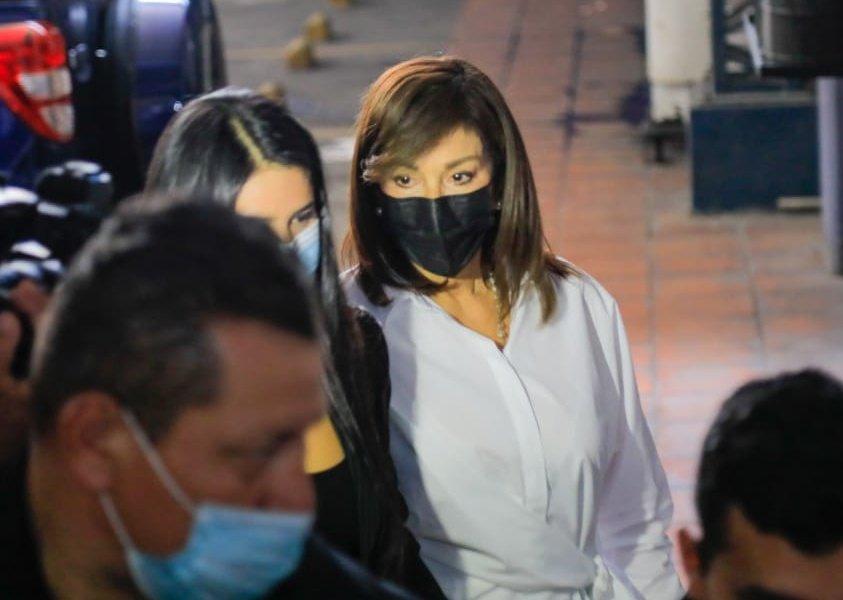 Entre empujones llegó Ana Vilma de Escobar a la Comisión que investiga sobresueldos