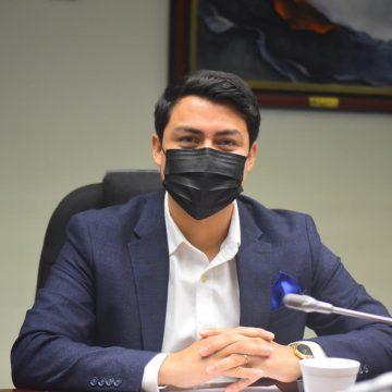 """Diputado Soriano pide disculpas a su colega por """"aventarle"""" un documento"""
