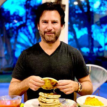 El empresario Fernando Poma terminó el semana con una cena 100% salvadoreña