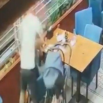 VIDEO: Mujeres rescatan a una mujer que estaba siendo golpeada por su pareja en Turquía