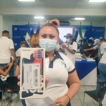 Tras desaprobación de sus 100 días, el edil Rafael Arévalo dota de 51 celulares a sus delegados