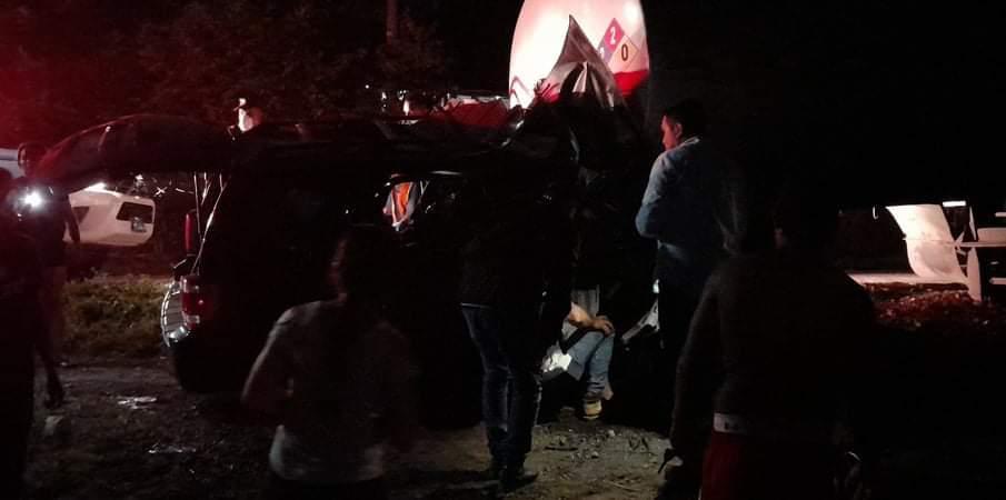 VIDEO: Vehículo impactó con una rastra y quedó bajo ella