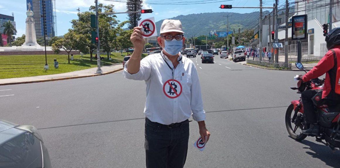 VIDEO: Eugenio Chicas reparte stickers contra Ley Bitcoin