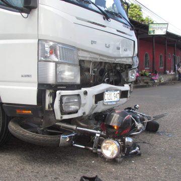 Camión destrozó la pierna de un motociclista en el centro de Sonsonate
