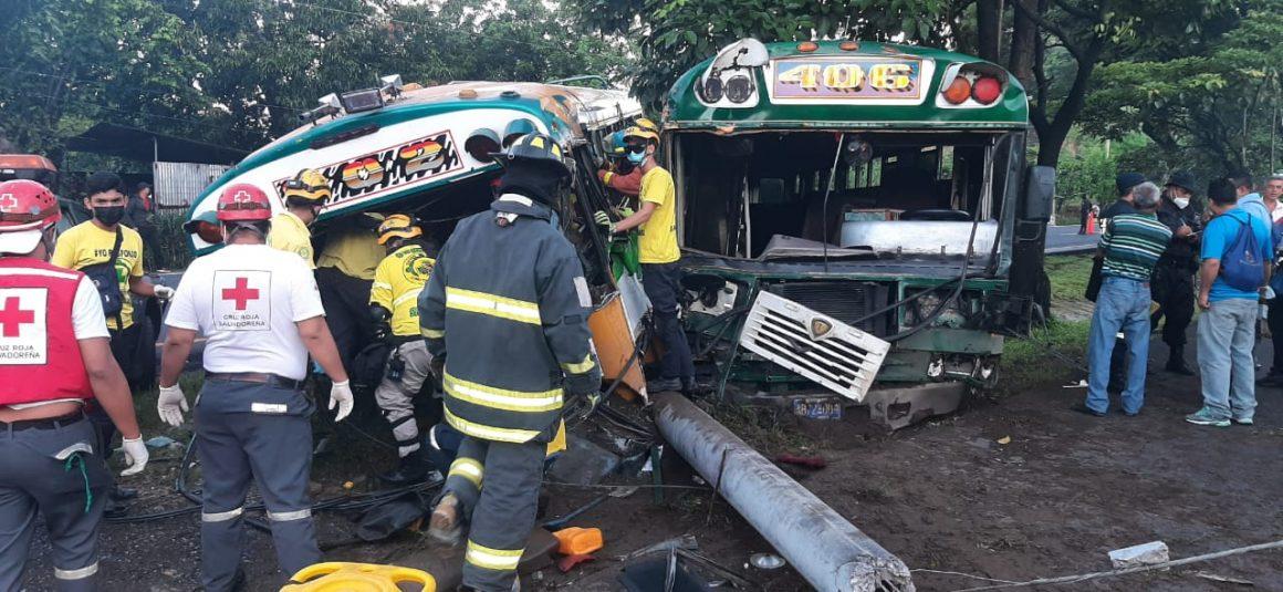 VIDEO: Rescatan a conductor atrapado en aparatoso accidente