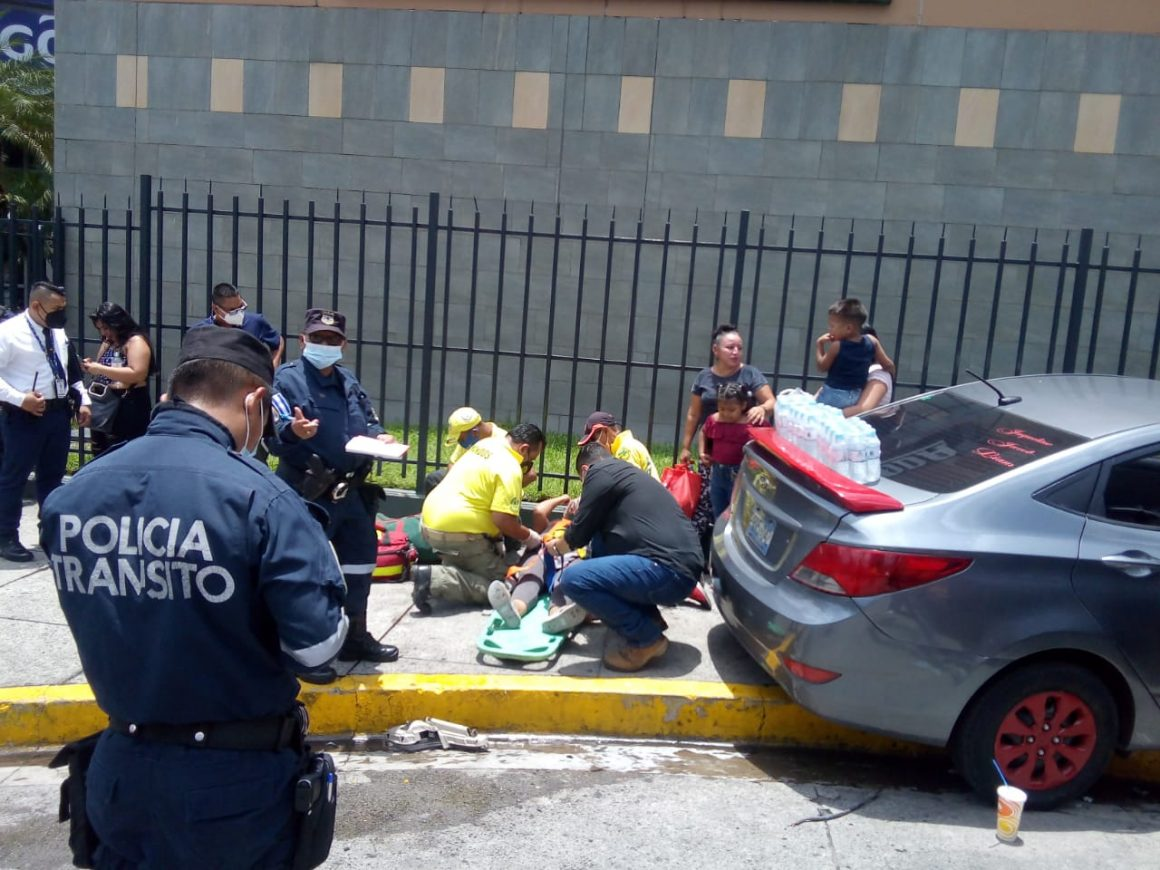 Aparatoso accidente frente a Plaza Mundo