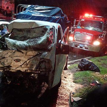 Rescatan a dos personas luego de accidente frontal