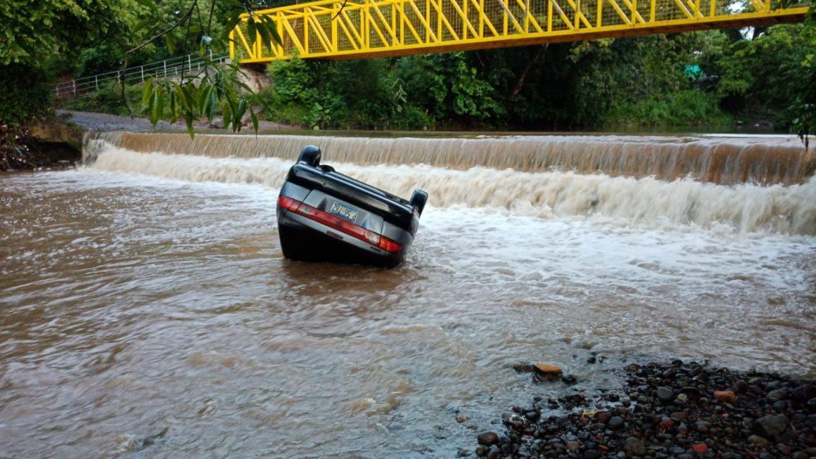 Bomberos recuperó el cuerpo de un conductor que intentó cruzar un río