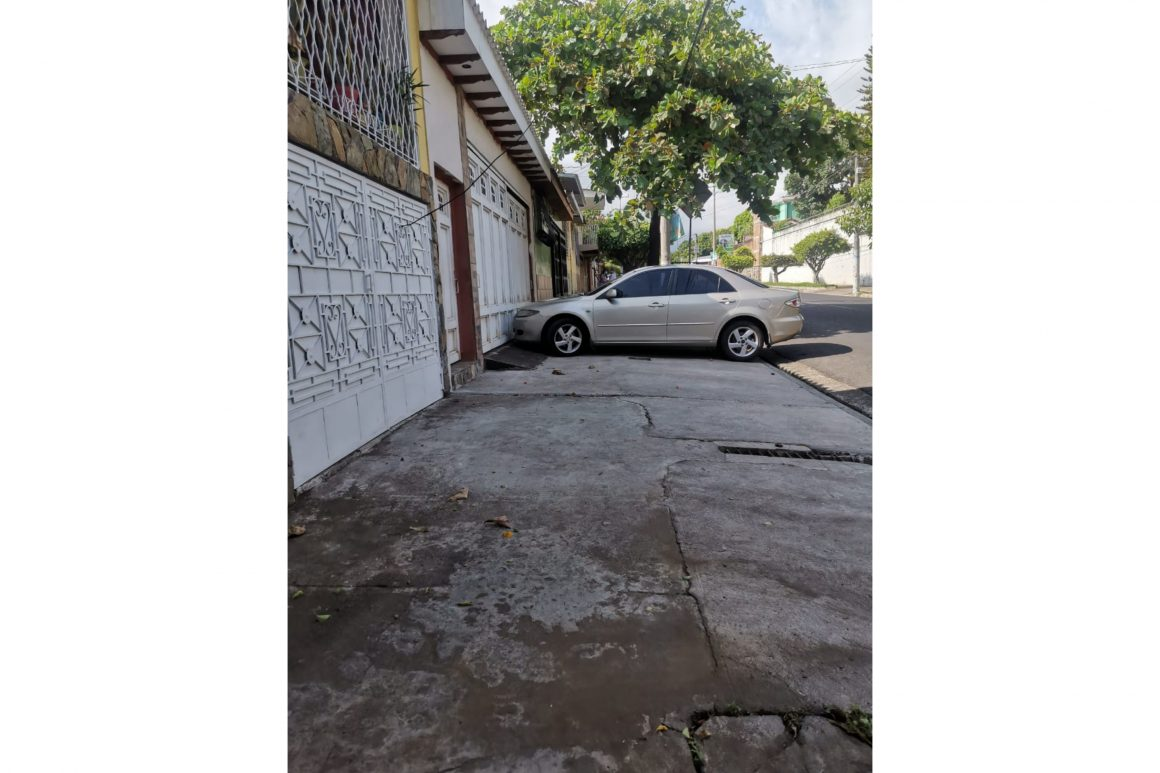 Vehículos obstruyen aceras en Sonzacate