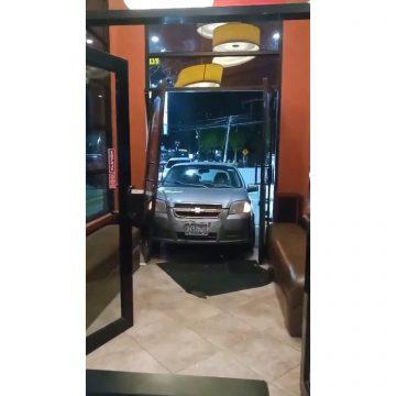 VIDEO: Vehículo impactó en un restaurante capitalino
