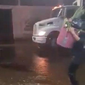 Reprochan al alcalde Rafael Arévalo mandar a recolectar basura en medio de la tormenta