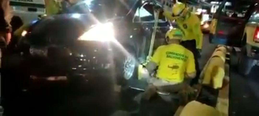Joven fallece bajo un vehículo