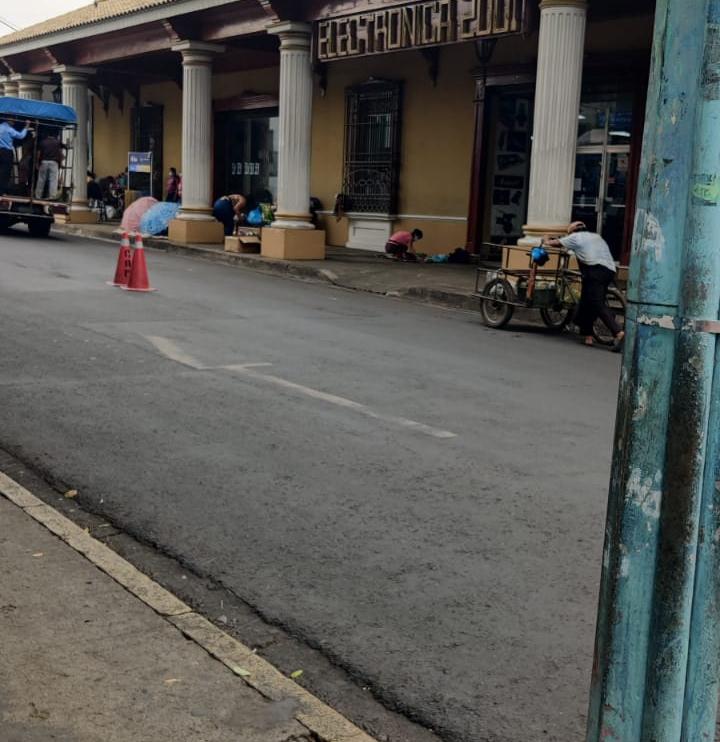 VIDEO: Alcaldía de Sonsonate desalojó a vendedores y estos se apoderaron de otra zona en el centro.